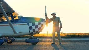 L'uomo pulisce un'elica di un aereo 4K stock footage