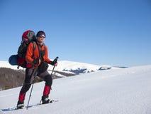 L'uomo in racchette da neve nelle montagne Fotografie Stock Libere da Diritti
