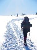 L'uomo in racchette da neve nelle montagne Fotografia Stock