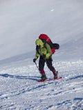 L'uomo in racchette da neve nelle montagne Immagini Stock Libere da Diritti