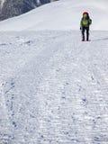 L'uomo in racchette da neve nelle montagne Immagini Stock