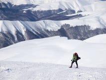 L'uomo in racchette da neve nelle montagne Immagine Stock Libera da Diritti