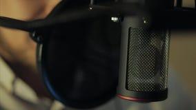 L'uomo registra la sua voce nello studio di registrazione archivi video