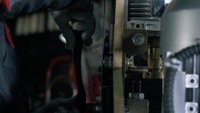 L'uomo regola la tecnica per lavoro Apparecchiatura del ferro con i tubi L'uomo sta lavorando stock footage