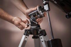 L'uomo regola un primo piano del telescopio Fotografia Stock Libera da Diritti