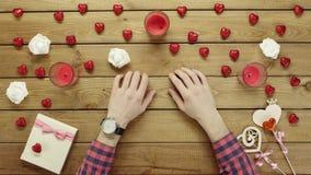 L'uomo ricco si siede dalla tavola con l'orologio di lusso sulla sue mano ed attese, vista superiore archivi video
