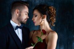 L'uomo ricco tenta la donna in vestito da sera rosso immagini stock libere da diritti