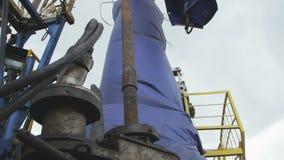 L'uomo rimuove lo strumento dal tubo Rig Extract Oil Samples stock footage