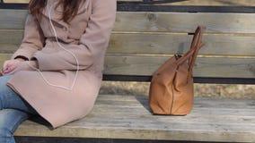 L'uomo ruba una borsa del ` s della donna nel parco durante il giorno archivi video