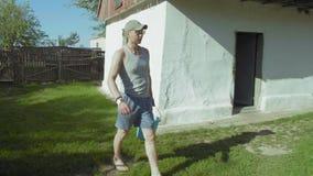 L'uomo rurale porta a casa un secchio di acqua a partire da una primavera archivi video