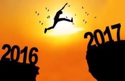 L'uomo salta fra 2016 e 2017 Fotografia Stock Libera da Diritti