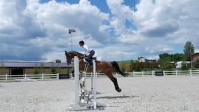 L'uomo salta sopra le barriere a cavallo video d archivio