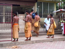 L'uomo in sarong copre sulla via della città dell'India Fotografia Stock Libera da Diritti