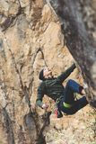 L'uomo scala una montagna fotografia stock libera da diritti