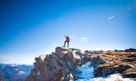 L'uomo scalato alla cima della montagna Fotografia Stock Libera da Diritti