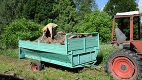 l'uomo scarica il rimorchio di legno stock footage