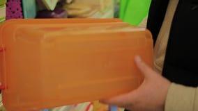 L'uomo sceglie un contenitore per alimento nel deposito video d archivio