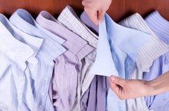 L'uomo sceglie una camicia Fotografia Stock