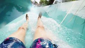 L'uomo scende da un acquascivolo Primo punto di vista della persona al rallentatore video d archivio