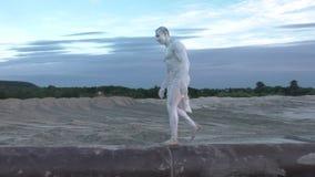 L'uomo sconosciuto cammina tramite il tubo archivi video