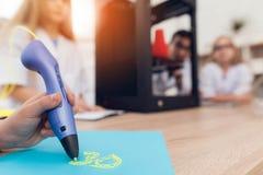 L'uomo scrive dalla penna 3d durante la lezione nella classe Fotografia Stock Libera da Diritti