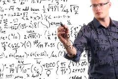 L'uomo scrive le equazioni matematiche sul whiteboard Immagini Stock Libere da Diritti