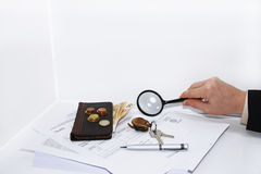 L'uomo scrive una penna su un documento di imposta Fotografia Stock Libera da Diritti