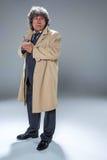 L'uomo senior come l'agente investigativo o capo della mafia sul fondo grigio dello studio Fotografia Stock Libera da Diritti