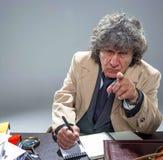 L'uomo senior come l'agente investigativo o capo della mafia sul fondo grigio dello studio Immagine Stock Libera da Diritti