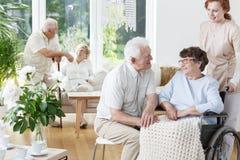 L'uomo senior visita la sua moglie sorridente immagini stock libere da diritti