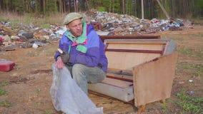 L'uomo senza tetto mangia al video del sociale dello scarico stock footage