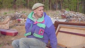 L'uomo senza tetto mangia al video del sociale dello scarico archivi video