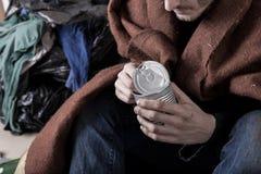 L'uomo senza tetto mangia un pasto immagine stock