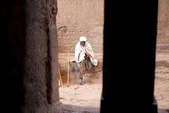 L'uomo si è seduto fuori di una chiesa, Etiopia fotografia stock libera da diritti