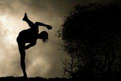 L'uomo si esercita nella priorità bassa di arti marziali Fotografia Stock