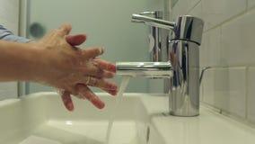 L'uomo si lava le sue mani con sapone video d archivio