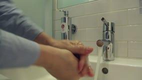 L'uomo si lava le sue mani con sapone stock footage