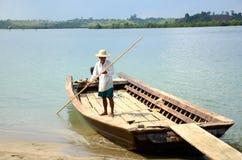 L'uomo si prepara per spingere il traghetto fuori Immagini Stock Libere da Diritti