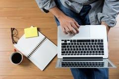 l'uomo si siede sul computer del pavimento immagini stock libere da diritti