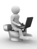 L'uomo si siede sulla ciotola di toletta con il computer portatile Immagini Stock Libere da Diritti