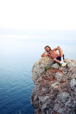 L'uomo si trova sopra una montagna e un riposo Fotografia Stock Libera da Diritti