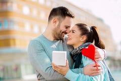 L'uomo sorprende la donna con un regalo Fotografia Stock Libera da Diritti