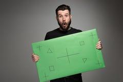 L'uomo sorpreso come uomo d'affari con il pannello verde Fotografie Stock