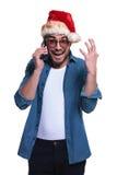 L'uomo sorpreso di Santa sta gridando sul telefono Immagini Stock