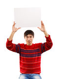 L'uomo sorridente alza la grande carta Fotografie Stock Libere da Diritti