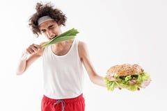 L'uomo sottile affamato deve mangiare le vitamine Fotografia Stock Libera da Diritti