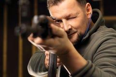 L'uomo spara una gamma di fucilazione del fucile Fotografia Stock Libera da Diritti