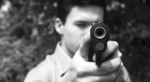 L'uomo spara una pistola ad un obiettivo Immagine Stock Libera da Diritti