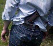 L'uomo spara una pistola ad un obiettivo Fotografie Stock Libere da Diritti