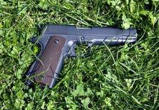 L'uomo spara una pistola ad un obiettivo Immagini Stock Libere da Diritti